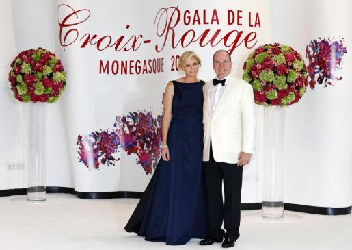 El príncipe Alberto de Mónaco y su mujer Charlene posan a su llegada a la gala de la Cruz Roja.