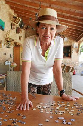 La duquesa de Würtemberg se entretiene y relaja haciendo un puzzle de 1.000 piezas.