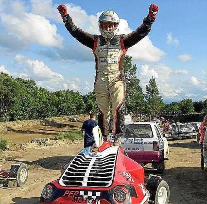 El piloto mallorquín Juanjo Moll celebra su victoria en el Autocross de Viduedo, puntuable para el Campeonato de Galicia.
