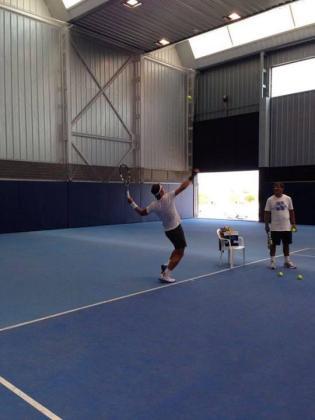 Rafan Nadal durante su entrenamiento de este lunes junto a su tío y preparador Toni Nadal.