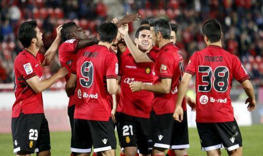 Imagenes de la pasada temporada de los jugadores vermellones celebrando un gol ante el Tenerife en Son Moix (2-0).