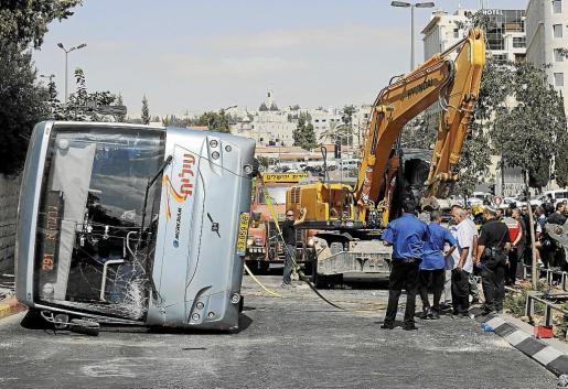 Un palestino embistió ayer en Jerusalén contra un autobús de pasajeros con una excavadora y fue abatido por la policía.