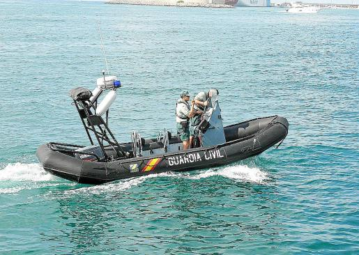La Guardia Civil del mar vigila las costas para evitar el contrabando de hachís.