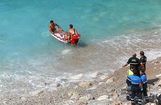 El servicio de socorrismo trasladó al herido hasta la playa de Cala Major, donde fue recogido por una ambulancia. Fotos: VASIL VASILEV