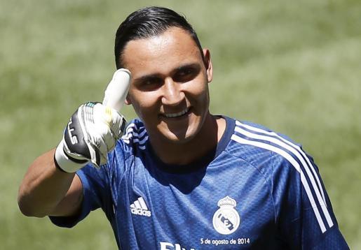 El portero costarricense Keylor Navas saluda al público del Santiago Bernabéu en su presentación como nuevo jugador del Real Madrid.
