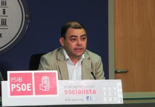 El diputado socialista Cosme Bonet durante la rueda de prensa en la que ha denunciado el proceso de externalización del servicio lingüístico de IB3.