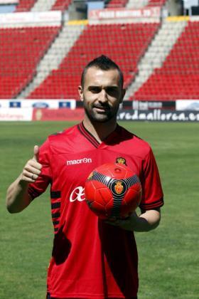 El jugador del Real Mallorca Cristian Bustos durante su presentación como jugador vermellón.