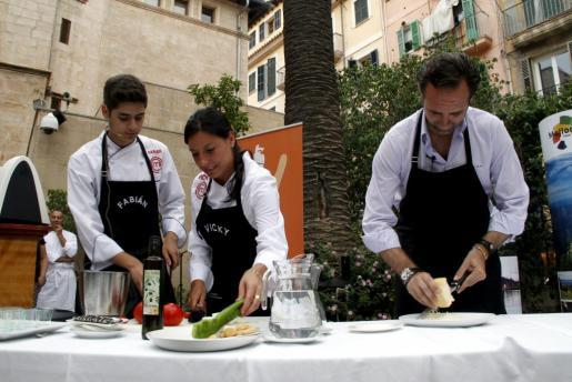 Los dos mallorquines que han participado en las distintas ediciones de Masterchef cocinando con Bauzá.