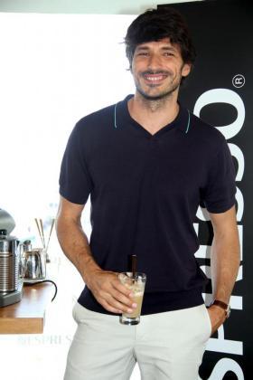 El modelo y actor, Andrés Velencoso, posó para las cámaras tras presentar el desayuno.