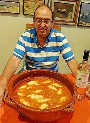 Marcos Pieras Guasp, junto a sus calamares rellenos.