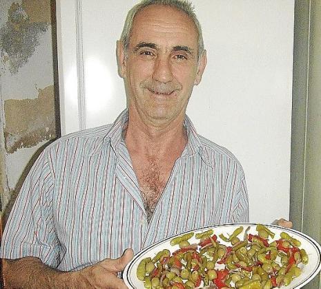 Pedro González García enseña sus piparras al estilo 'tío Pedro'.