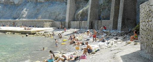Ayer, la cala se llenó de gente, que pudo bañarse de nuevo en las aguas de la emblemática costa del municipio de la Serra de Tramuntana. Fotos: MICHELS