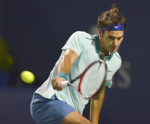 El suizo Roger Federer devuelve una bola durante el partido contra David Ferrer.