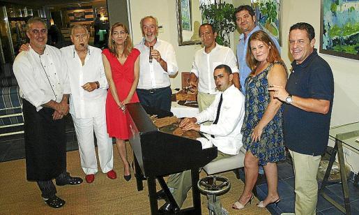 Toni Feliu, Pep Sans, Carmen García, Lorenzo Palmer, Toni Pomar, Quique Sánchez, Mónica Ortiz y José Luis Esteve junto a Fredy Estrella, torcedor de puros.