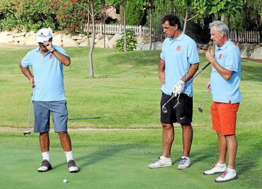 Johan Cruyff, Toni Nadal y Miquel Àngel Nadal. Los tres disfrutaron ayer de una mañana de pleno sol, mucho calor y sobre todo, se lo pasaron en grande jugando al golf y exhibiendo sus artes sobre el césped de Pula. De las nueve hasta las dos de la tarde..