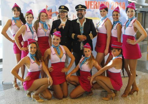 Santiago Segura y Corbacho posan con las bailarinas en la T1 del aeropuerto de Barajas.