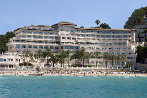 El hotel está situado a escasos metros de la playa.