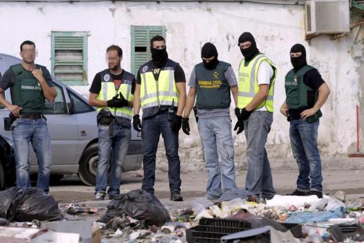 Agentes del CNP y de la Guardia Civil, durante la última macrorredada en Son Banya, en junio.