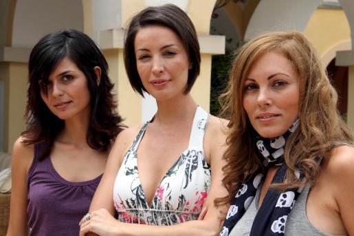 María José Besora, María Reyes y Raquel Rodríguez, ayer en Camp de Mar.