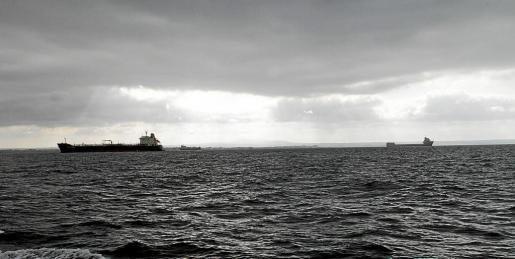 La jornada de ayer amaneció desapacible; incluso hubo lluvias débiles en el mar. A mediodía se abrieron claros y por la tarde aumentó la inestabilidad, con una caída brusca de las temperaturas y chubascos débiles.