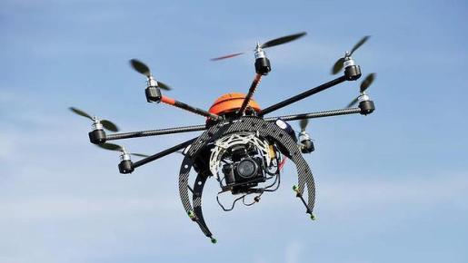 Imagen de un dron equipado con una videocámara.