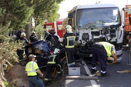 Una furgoneta ha quedado atrapada bajo un camión cisterna.