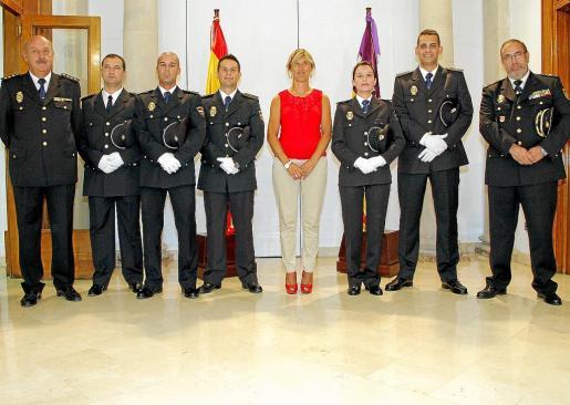 Fotografía de grupo de los agentes homenajeados en la Delegación del Gobierno junto a las autoridades. g Fotos: JAUME MOREY