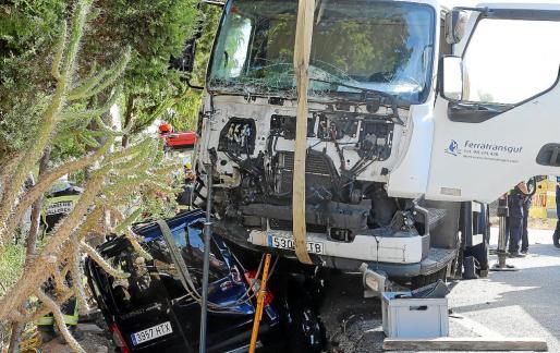 El conductor de la furgoneta quedó literalmente atrapado debajo del camión de gasoil. g Fotos: VASIL VASILEV