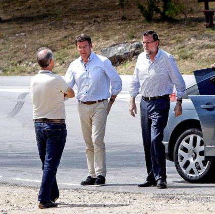 El presidente del Gobierno Mariano Rajoy , acompañado del presidente de la Xunta Alberto Núñez Feijoo visitó en compañía de alcaldes y representantes del Partido en Galicia , el Mirador de A Lobeira en Vilanova de Arousa. En la foto la llegada y el saludo al alcalde Gonzalo Durán.