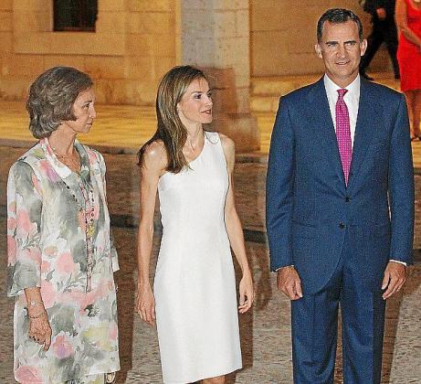 Los Reyes y Doña Sofía antes de dar comienzo la recepción en el Palau de l'Almudaina.