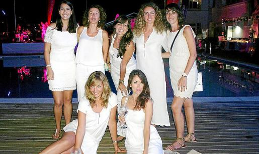 Helena Paz, Elena Pipó, Carmen Hidalgo, Neus Jordi y Laura González. Delante: María López-Muhiña y Rocío Gutiérrez.