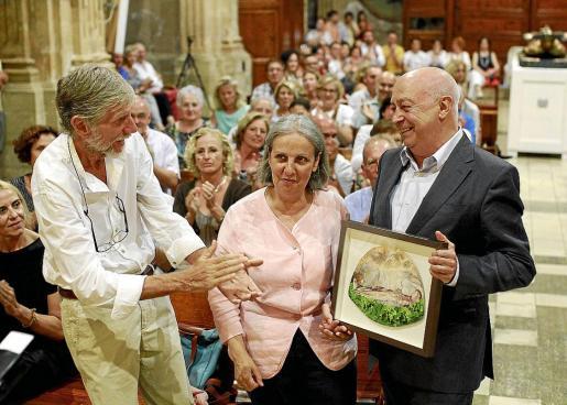 Donald Murray y Aina Pascual, recibiendo un obsequio de Joan Guaita.