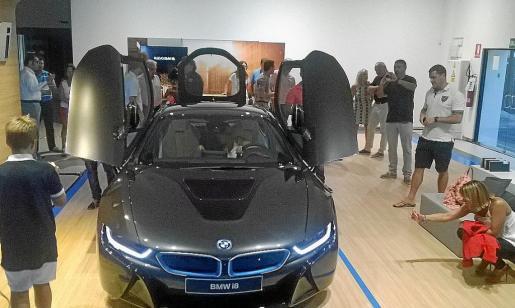 El concesionario BMW reunió a un número reducido y seleccionado de clientes para mostrar el I8.