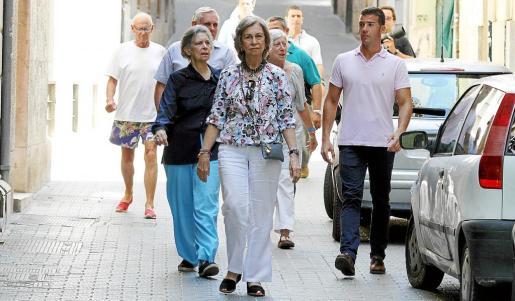 Doña Sofía, acompañada de su hermana y el matrimonio Froucheau, paseando por el centro de Ciutat.