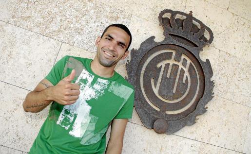 Joao Victor, en una imagen captada en Son Bibiloni junto al escudo del Real Mallorca. El centrocampista prolongó ayer su contrato con el club balear.