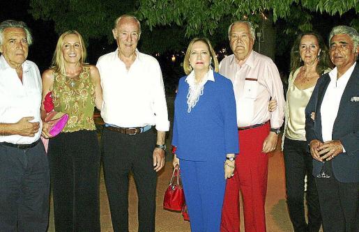 Condes de España, Francisco Conrado, Mercedes y Santiago Ybarra, condes de El Abra; Blanca Gual de Torrella y Ramón Montis en la distinguida fiesta.