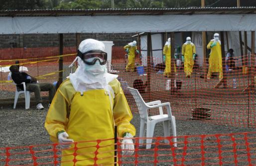 Un trabajador de Médicos Sin Fronteras en el campamento de Monrovia, la capital de Liberia.