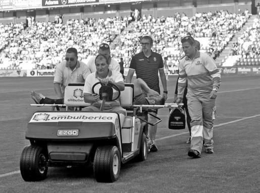 Pedro Bigas, que sufrió un fuerte golpe en la rodilla izquierda, es retirado en camilla, ayer, en el Nuevo José Zorrilla.