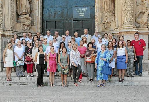 Grupo de asistentes a la visita al llit de la Mare de Déu de Sant Francesc en el portal mayor.