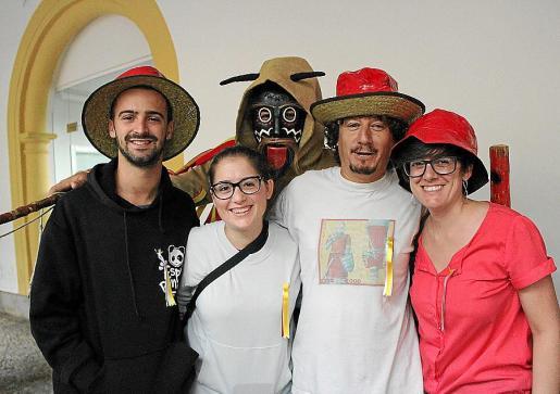 Sergio Carrillo, Angela Timeo, Juan Timeo y Cristina Timeo junto al 'dimoni' Miquel Àngel Ramos.