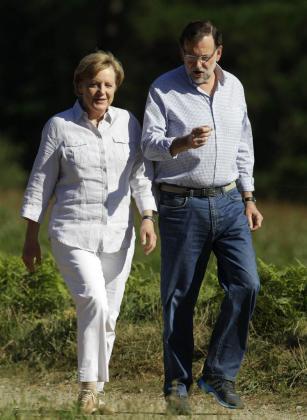La canciller alemana, Angela Merkel, y el presidente del Gobierno, Mariano Rajoy, duranteun recorrido de seis kilómetros del Camino de Santiago.