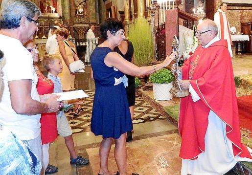 Mossèn Felip Guasp presidió el oficio presentando la reliquia a los asistentes.