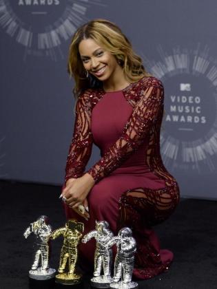 La cantante Beyoncé pose con los cuatro VMA que ganó es la gala.