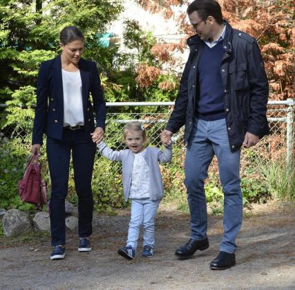 La princesa Estela de Suecia llega a su primer día de guardería con sus padres, la princesa Victoria y el príncipe Daniel.