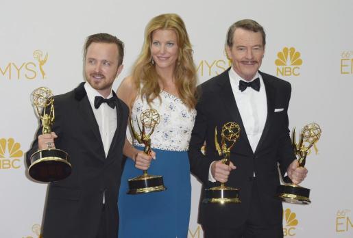 Los tres protagonistas de «Breaking Bad», Aaron Paul, Anna Gunn y Bryan Cranston posan con el premio a la mejor serie de drama y además, con el de mejor actor de reparto (Aaron Paul), mejor actriz secundaria y mejor actor principal en drama (Bryan Cranston).