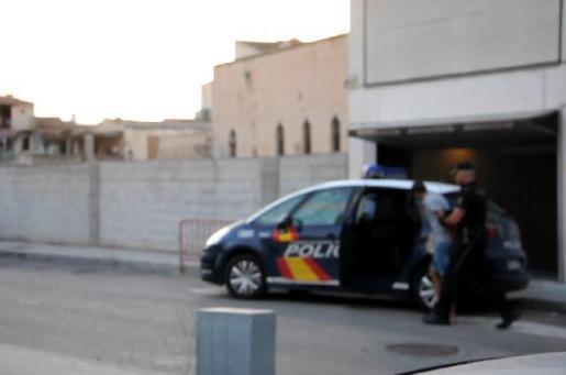 Los agentes de policía proceden a la detención de uno de los jóvenes.