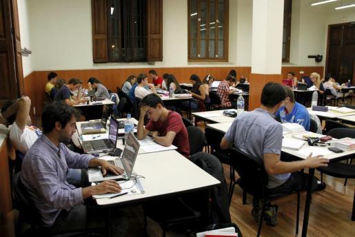 Un grupo de jóvenes en la sala de estudios de Sa Riera.