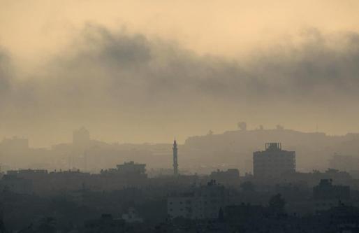 El humo cubre el cielo de Gaza después de los últimos bombardeos israelíes antes de la declaración del alto el fuego de este marte.