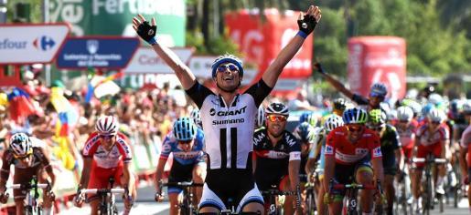 Degenkolb levanta los brazos tras imponerse en la cuarta etapa de la Vuelta Ciclista a España por delante del mallorquín Vicenç Reynés (con mallot negro).