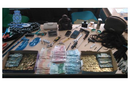 Material encontrado por los agentes en el vehículo del detenido y su novia.